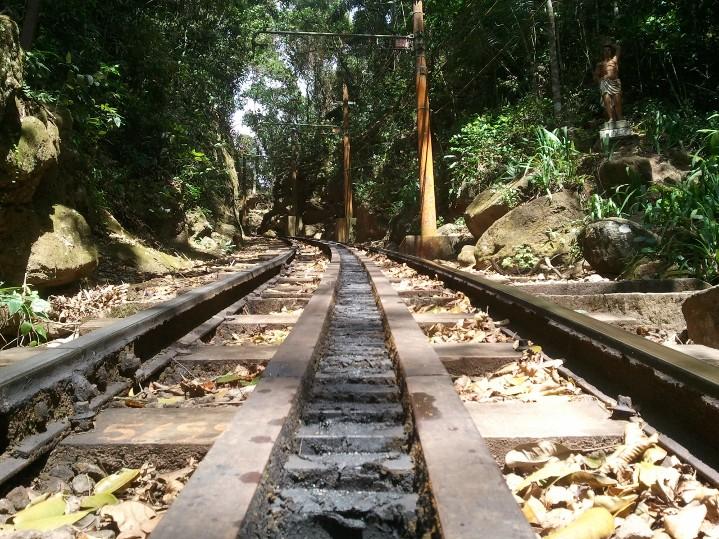 Les rails du train qui enmènent au sommet