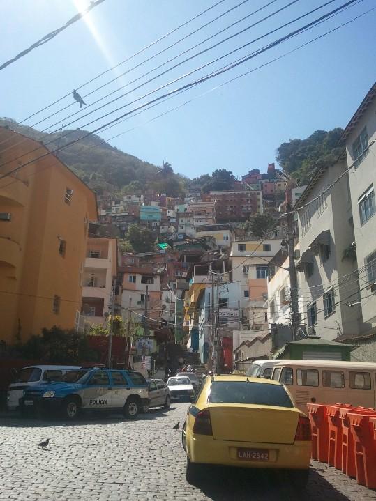 La route qui mène à l'entrée des favelas